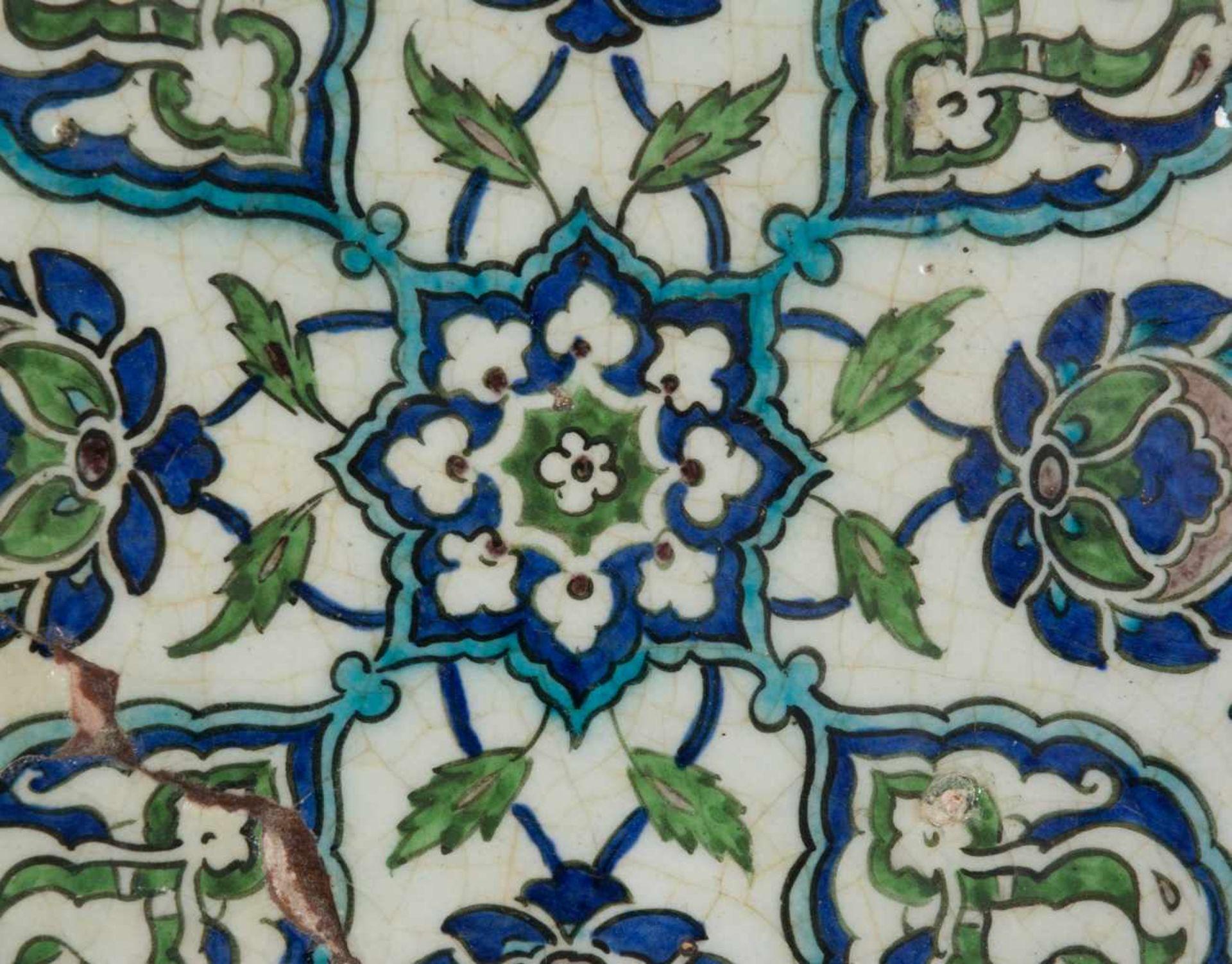 A damascus pottery tile ottoman. Syria. Circa 1565-1570. The white ground decorated in cobalt-b - Bild 2 aus 4