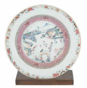 A large porcelain dish. Famille Rose. China. Qianlong period (1736-1795)Diameter: 22,5 cm.<