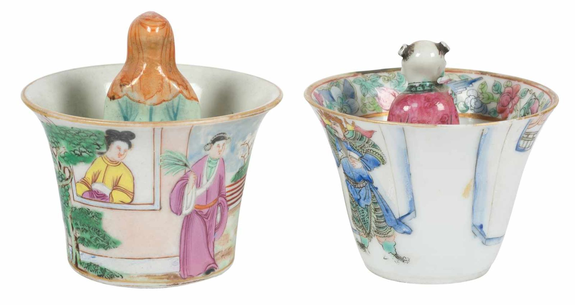 Los 39 - A pair of trick cups in porcelain. Famille Rose. China. Qing dynasty (1644-1912)6,5 x 7 cm. y 8