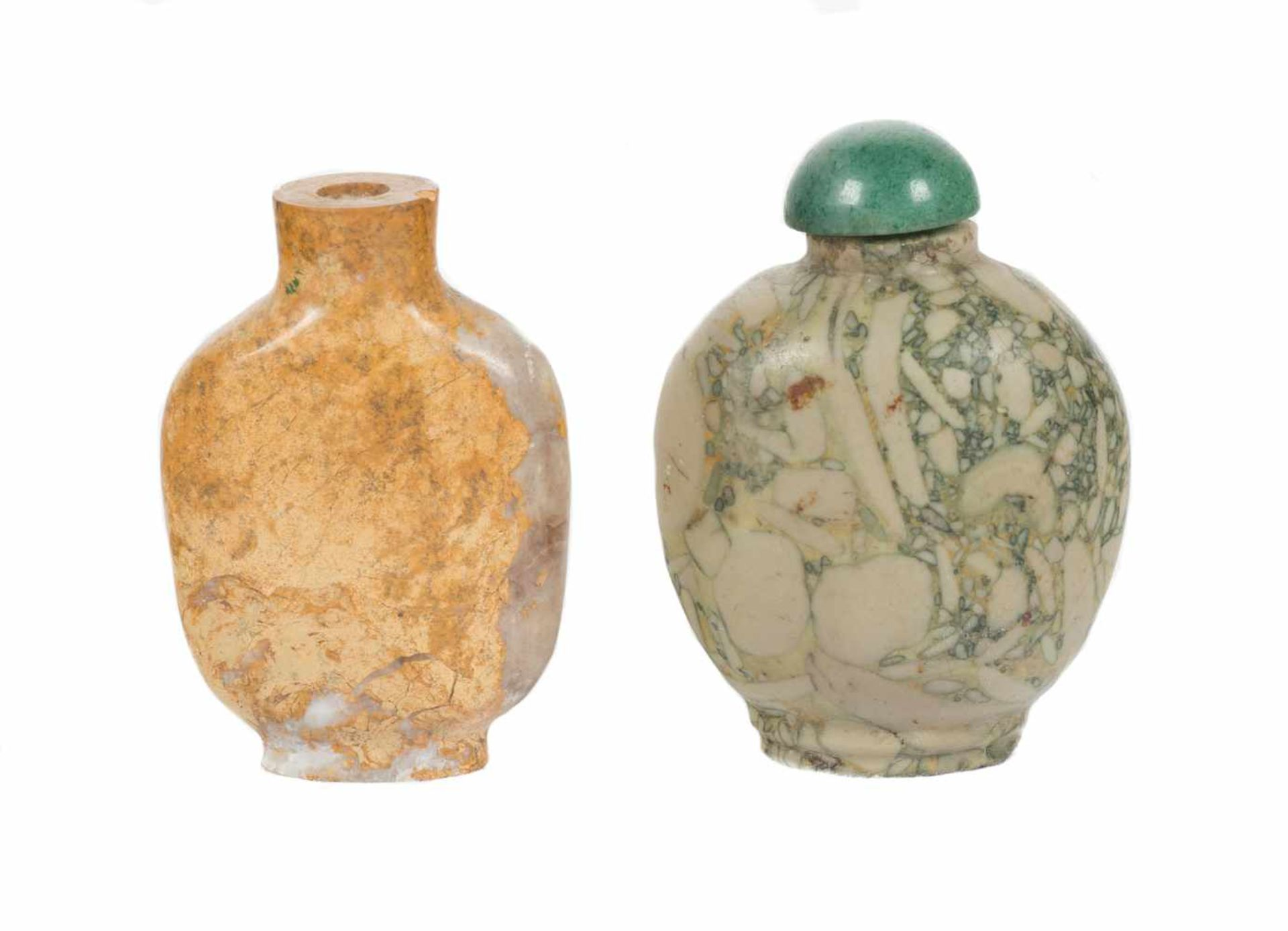 Los 29 - A pair of Chinese snuff bottles in carved pudding stone. China. Qing dynasty. Late 19th century -