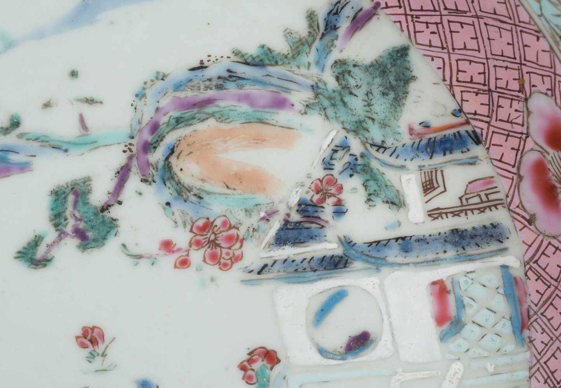 Los 40 - A large porcelain dish. Famille Rose. China. Qianlong period (1736-1795)Diameter: 22,5 cm.<