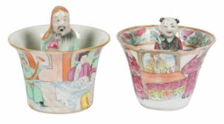 A pair of trick cups in porcelain. Famille Rose. China. Qing dynasty (1644-1912)6,5 x 7 cm. y 8