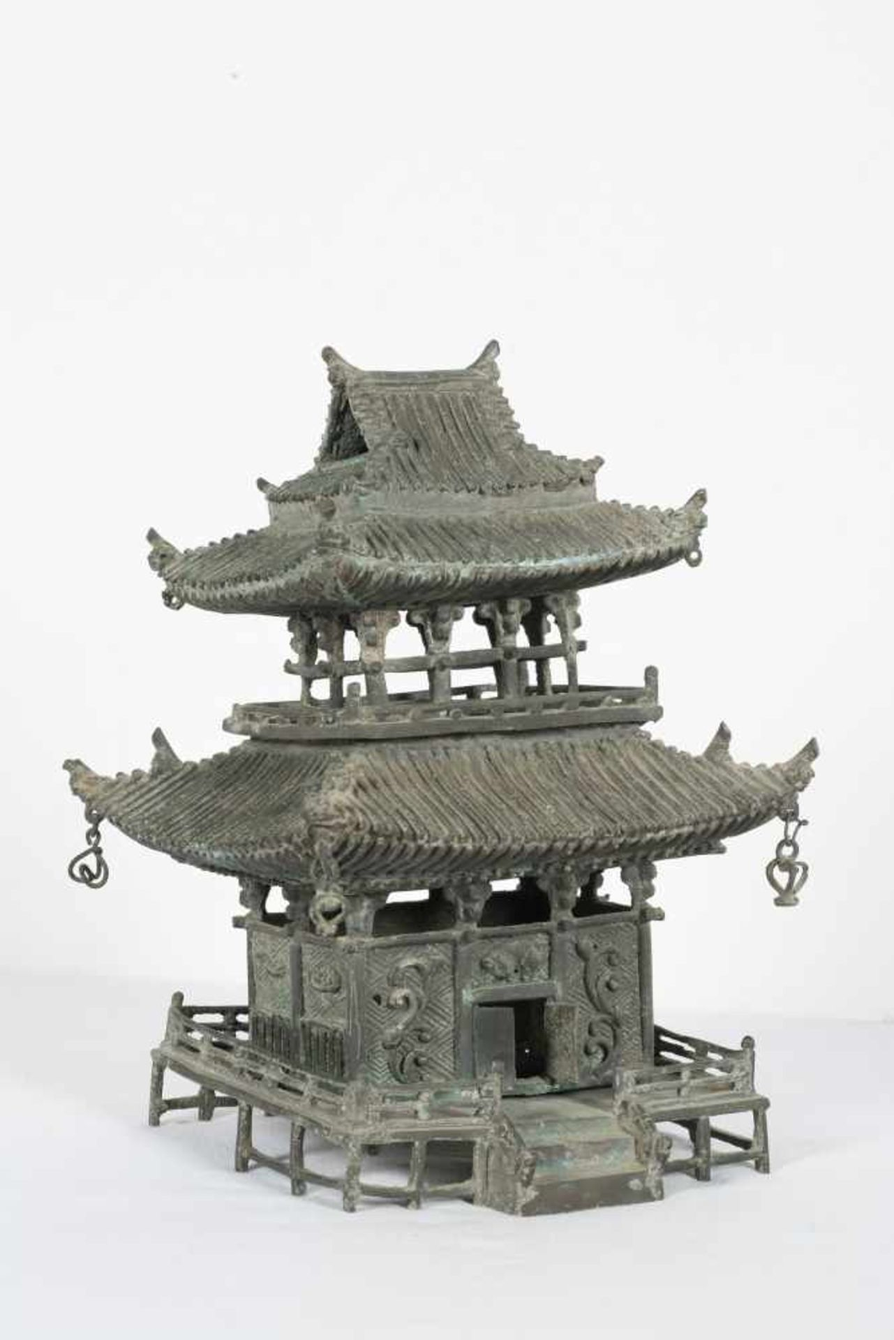 A bronze pagoda shaped censer. Japan. Meiji period. 19th Century.25 x 18 x 15 cm. - Bild 2 aus 6