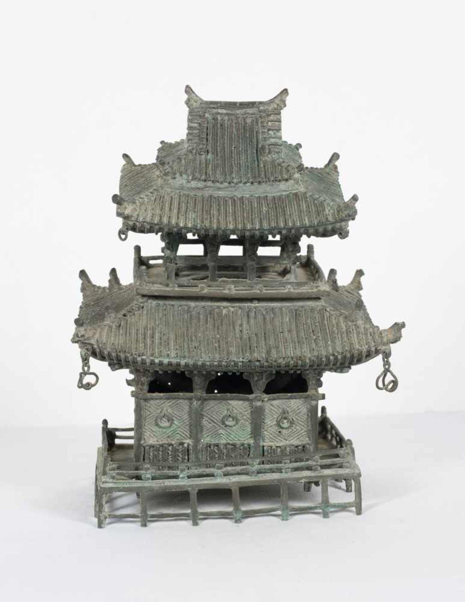 A bronze pagoda shaped censer. Japan. Meiji period. 19th Century.25 x 18 x 15 cm. - Bild 3 aus 6