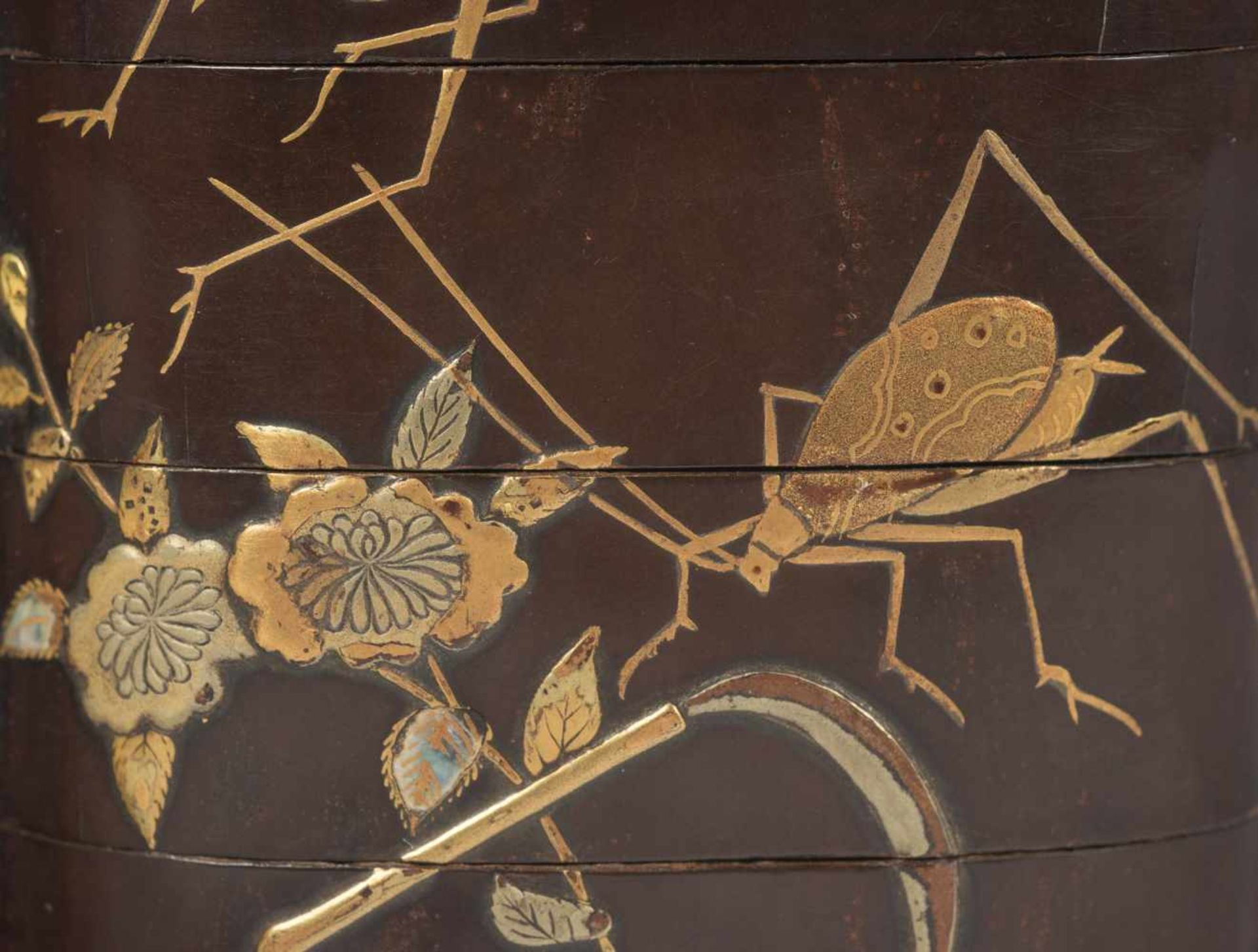 Los 32 - A large gold lacquer four-case inro depicting grasshoppers. Japan. Meii period. 19th Century.6,