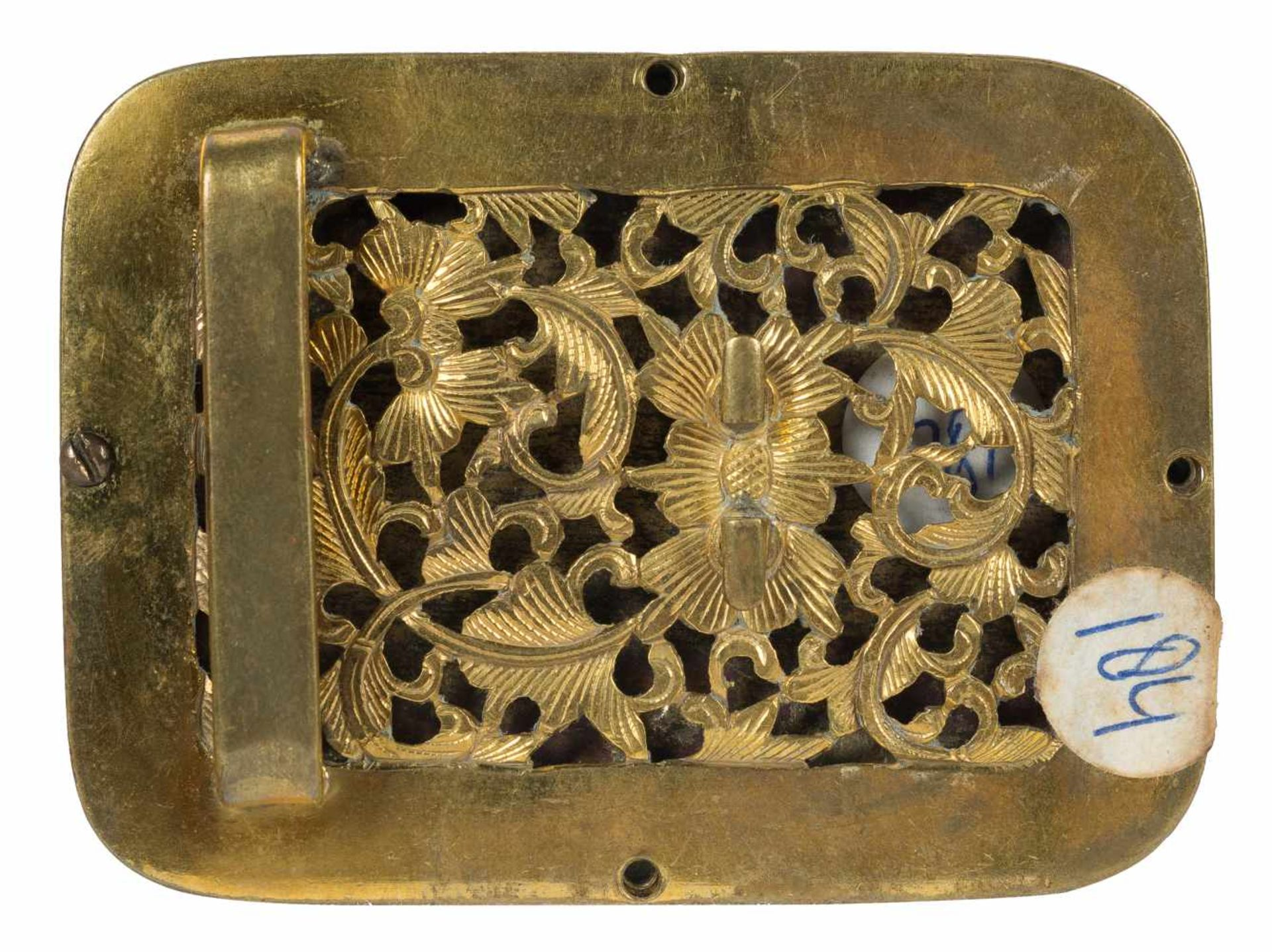 Los 20 - A Chinese gilt bronze belt buckle set with a finely carved jade plaque, Qing dynasty (1644-1911).<b