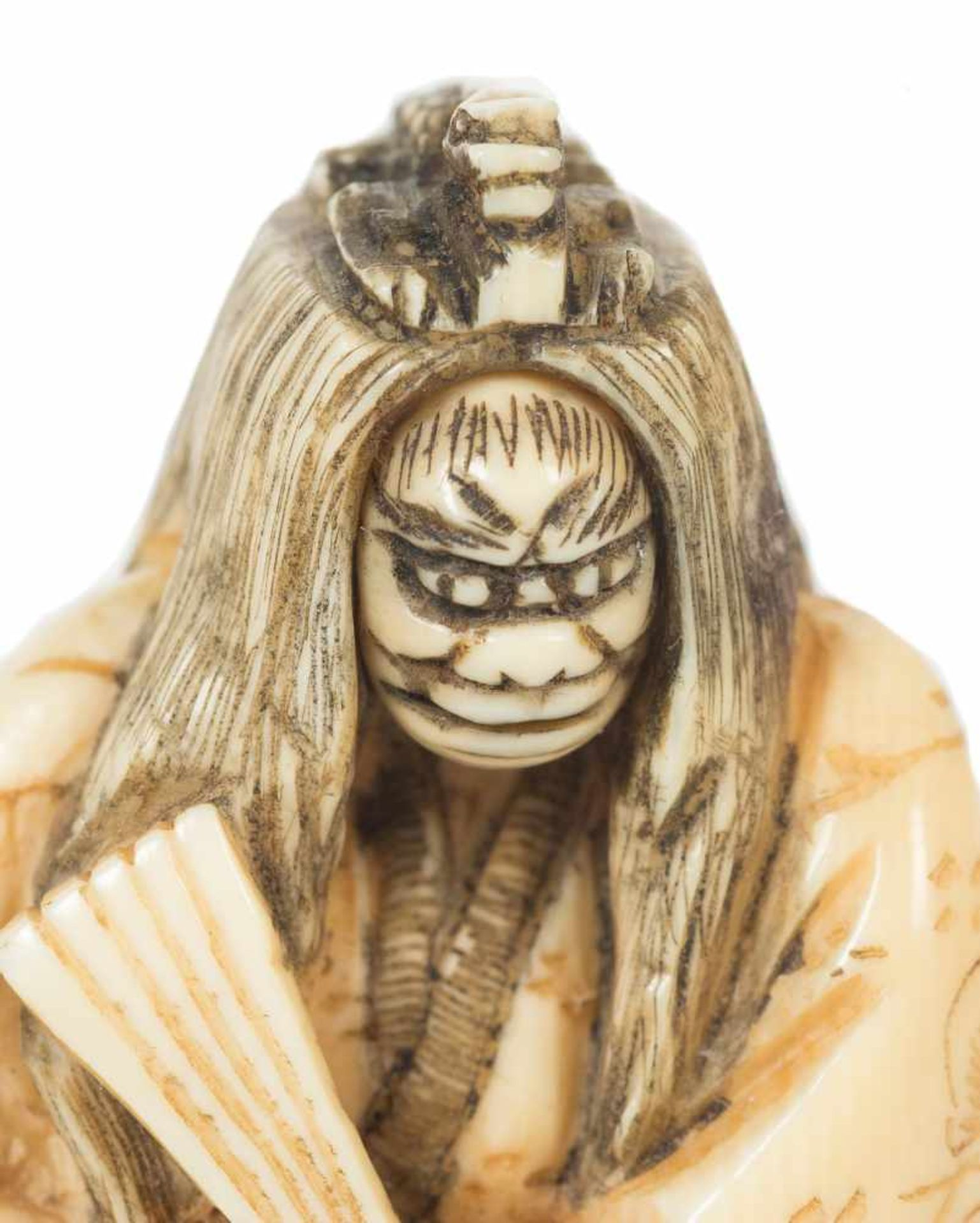 Los 13 - A Japanese netsuke okimono of a kabuki actor in carved ivory. Meiji period. 19th. Century. Signed.