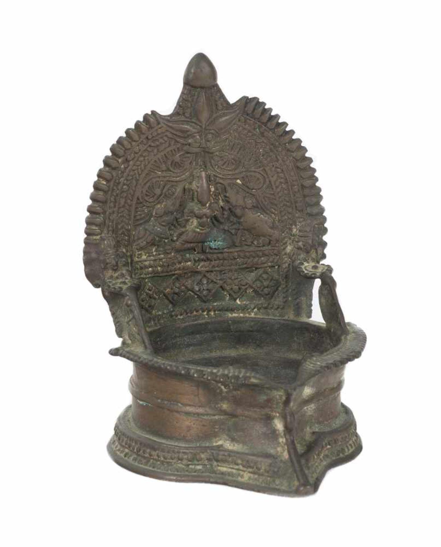 Los 57 - An 18th century Indian bronze oil lamp for offerings depicting Gajalakshmi (Lakshmi with