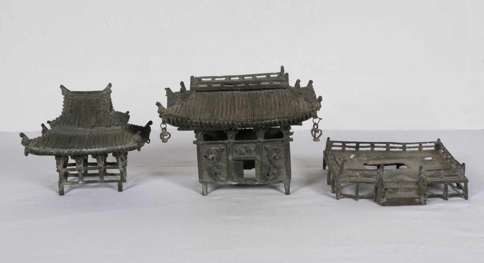 A bronze pagoda shaped censer. Japan. Meiji period. 19th Century.25 x 18 x 15 cm. - Bild 6 aus 6