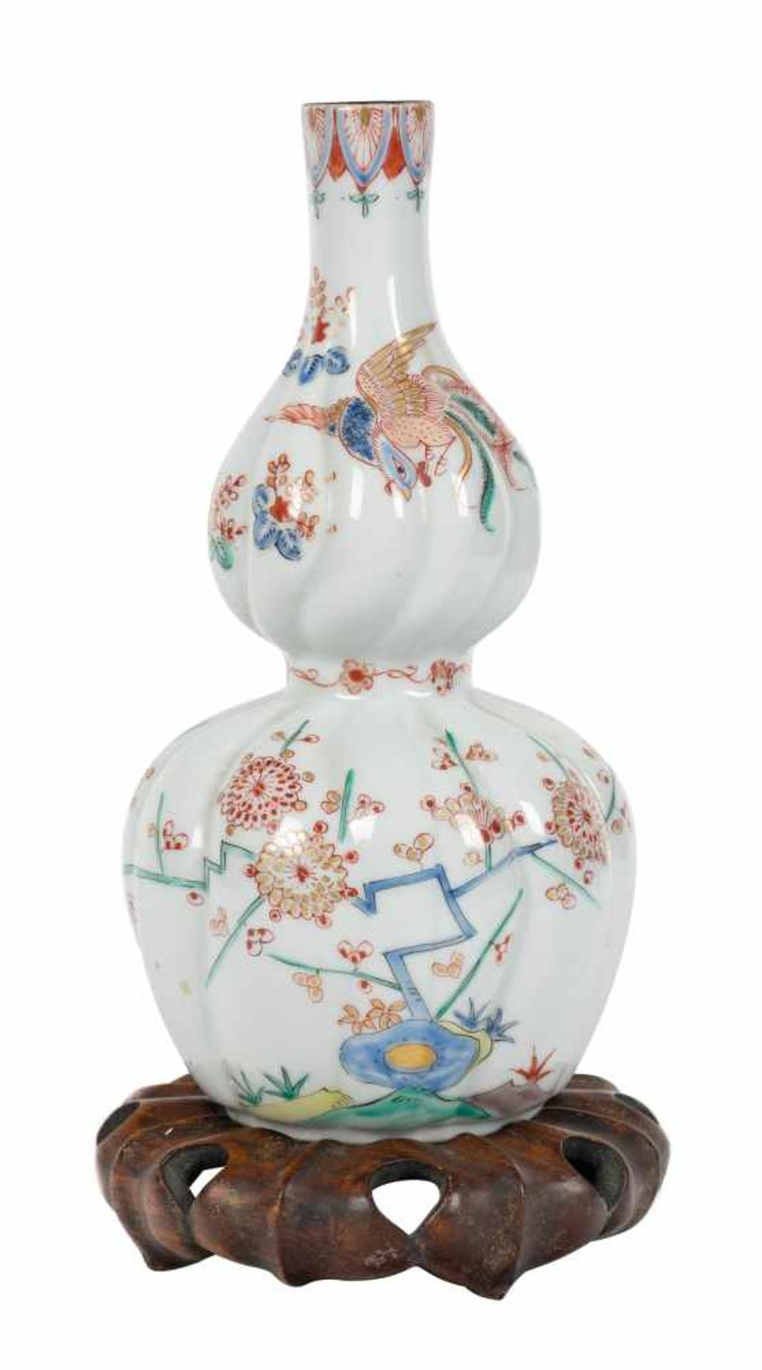 Los 6 - A kakiemon spirally-moulded double-gourd vase. Fuku mark. Edo period (1603-1868).The lower part