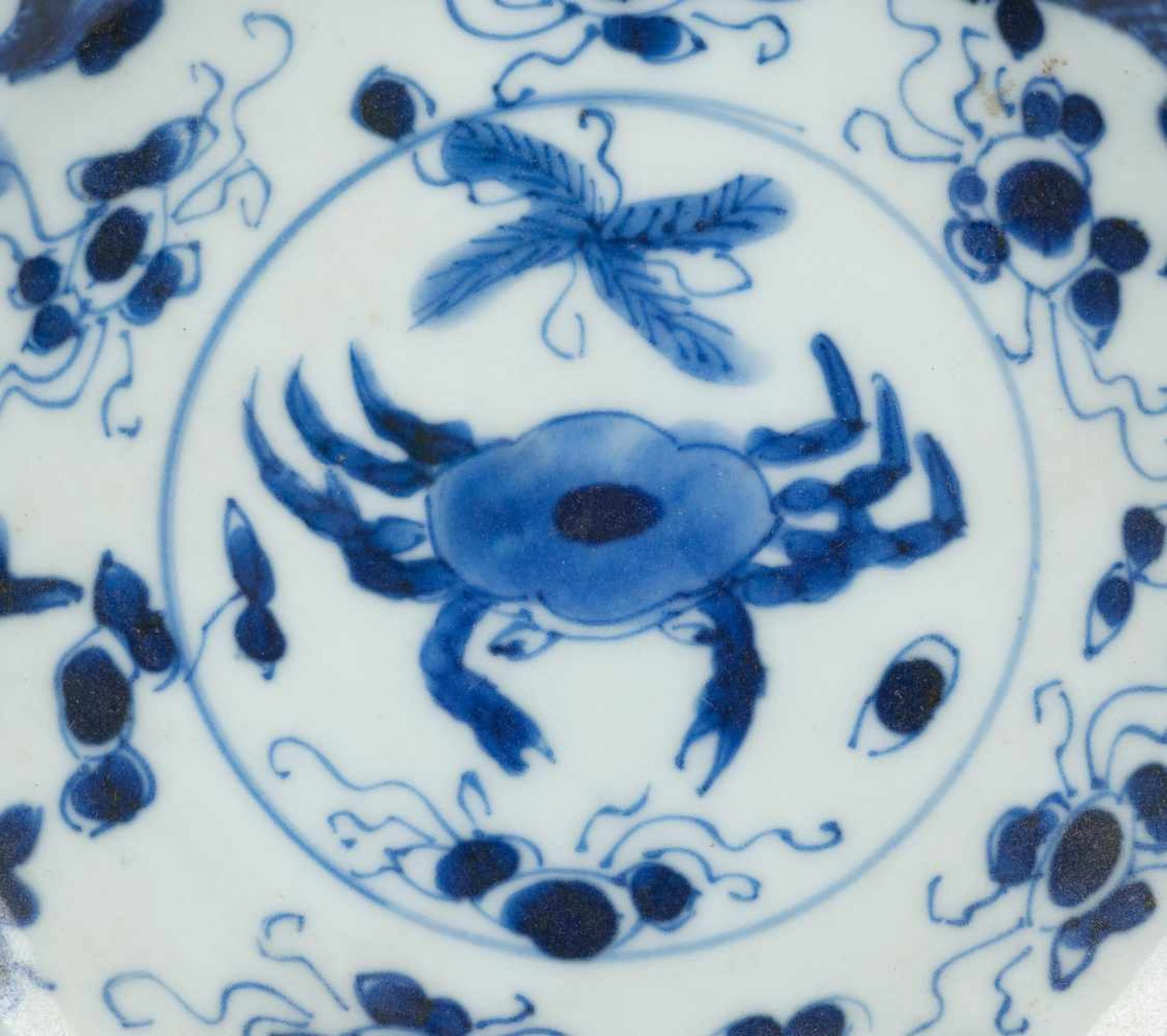 Los 7 - A celadon and underglaze blue cup and saucer basin. Lingzhi fungus mark. China. Qing dynasty (1644-