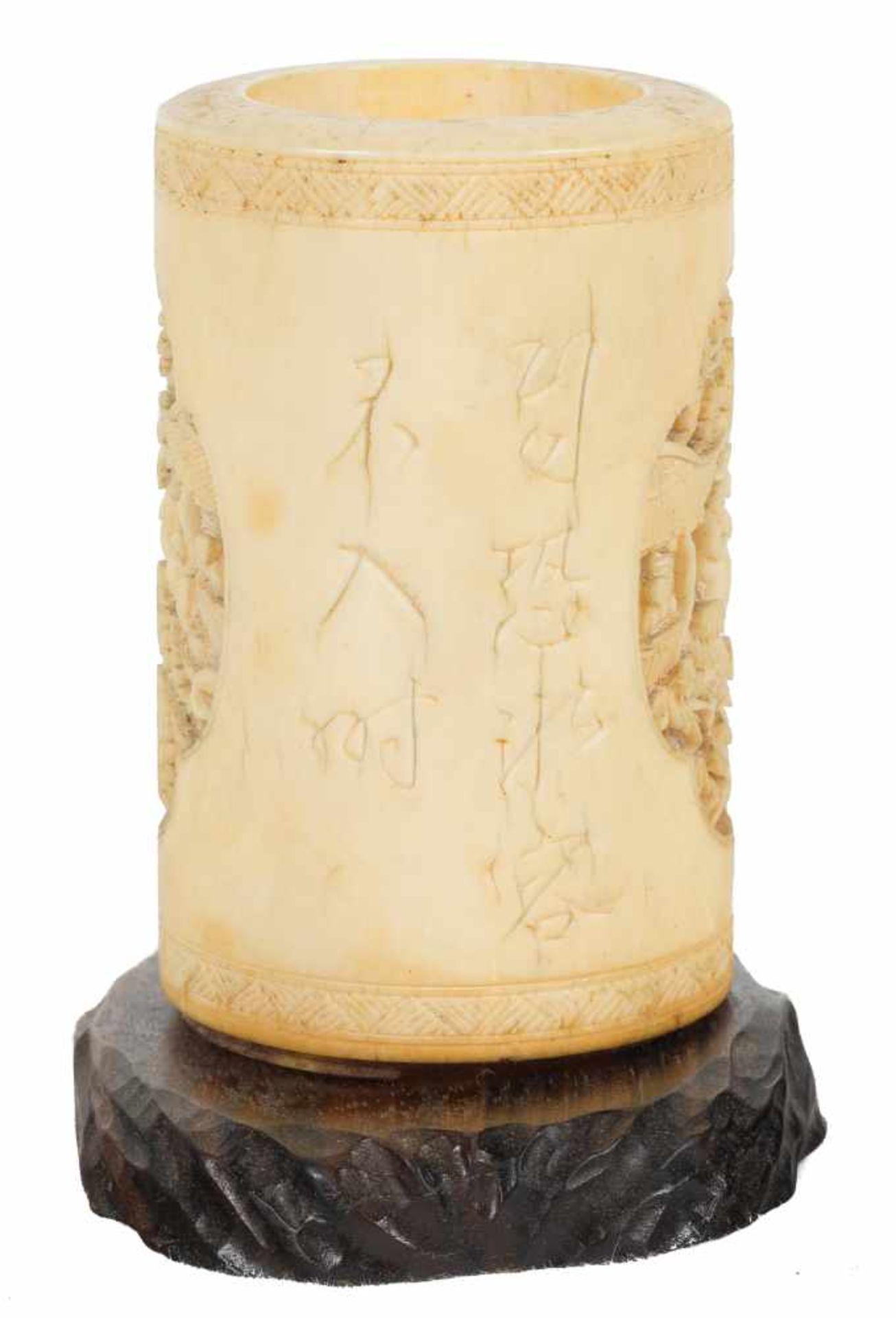 Los 3 - A fine ivory brushpot of cylindrical form. Qing dynasty, 19th century.Deeply carved with schola