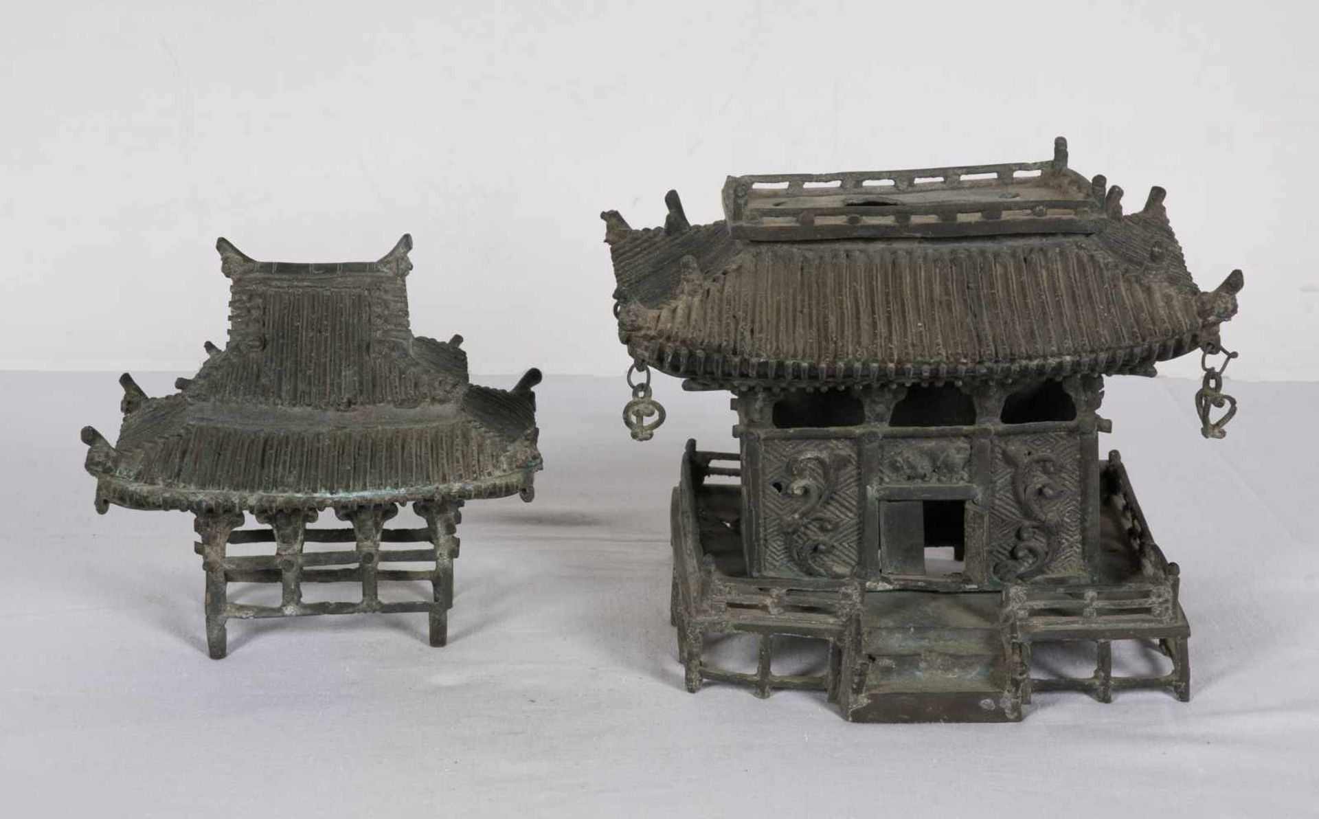 A bronze pagoda shaped censer. Japan. Meiji period. 19th Century.25 x 18 x 15 cm. - Bild 4 aus 6