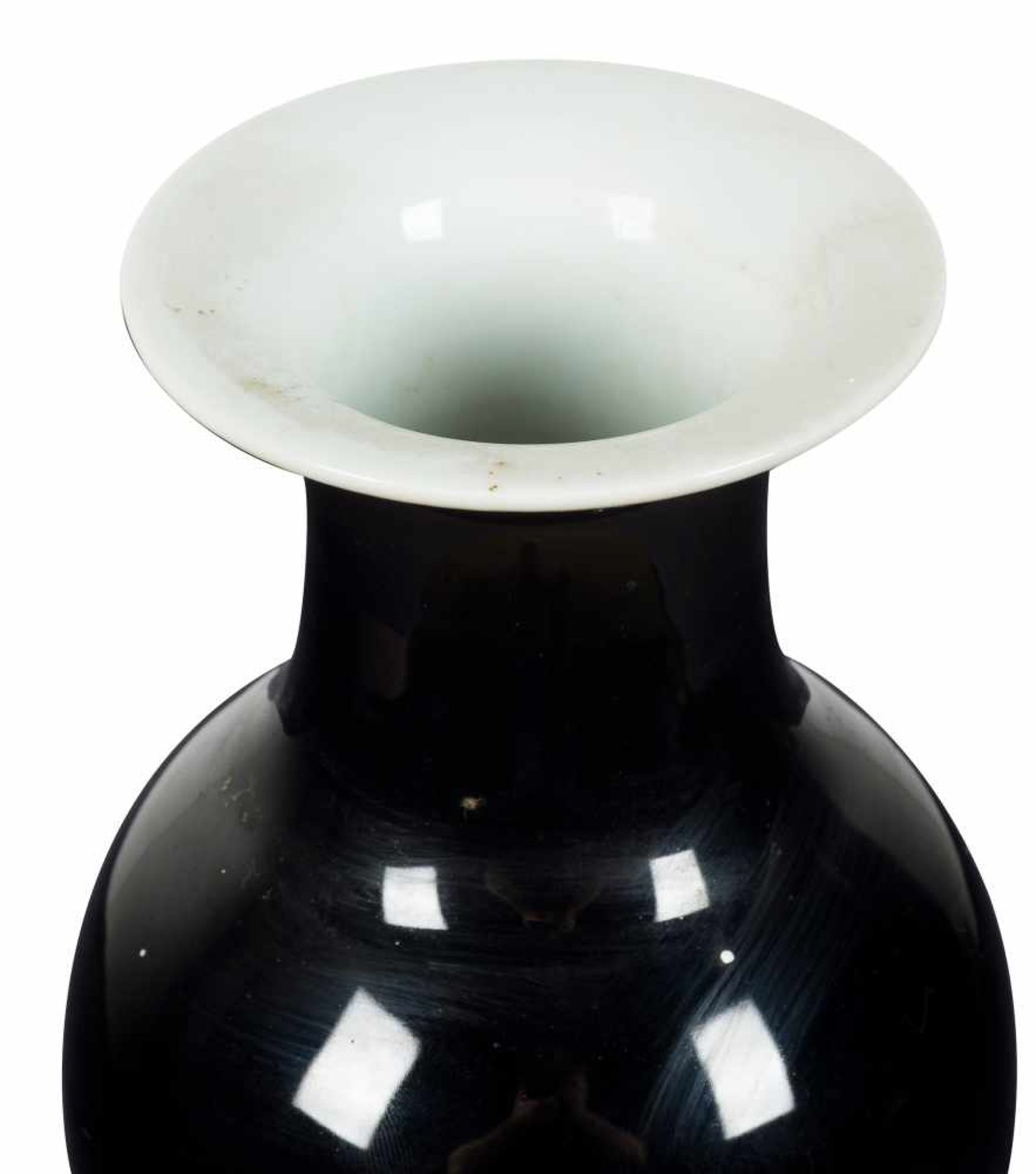 Los 42 - A mirror-black monochrome bottle vase. Qing dynasty. 19th century.Height: 25 cm.