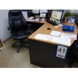 Lot : poste de travail avec retour, filière latérale 2 tiroirs, 3 fauteuils en cuir, étagère en