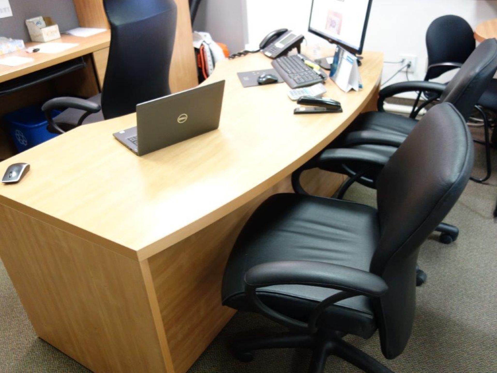 Lot : bureau exécutif, 2 armoires, huche avec 4 tiroirs, table 36? tout stratifié, 6 fauteuils - - Image 2 of 3