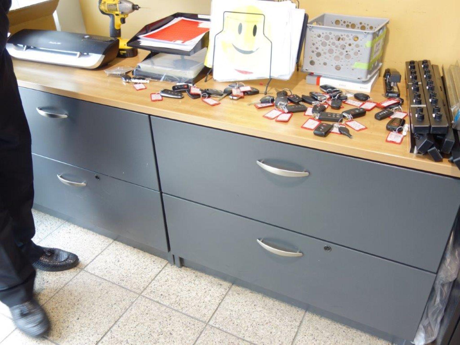 Lot : poste de travail avec retour, cabinet 2 tiroirs, 3 fauteuils, 2 filières latérales 2 - Image 3 of 4