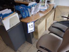 Lot : poste de travail avec retour, cabinet 2 tiroirs, 3 fauteuils, 2 filières latérales 2