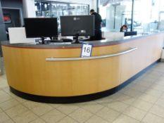 Lot : comptoir de réception 38 pi.lin avec 3 tiroirs et 2 portes ; 2 filières latérales