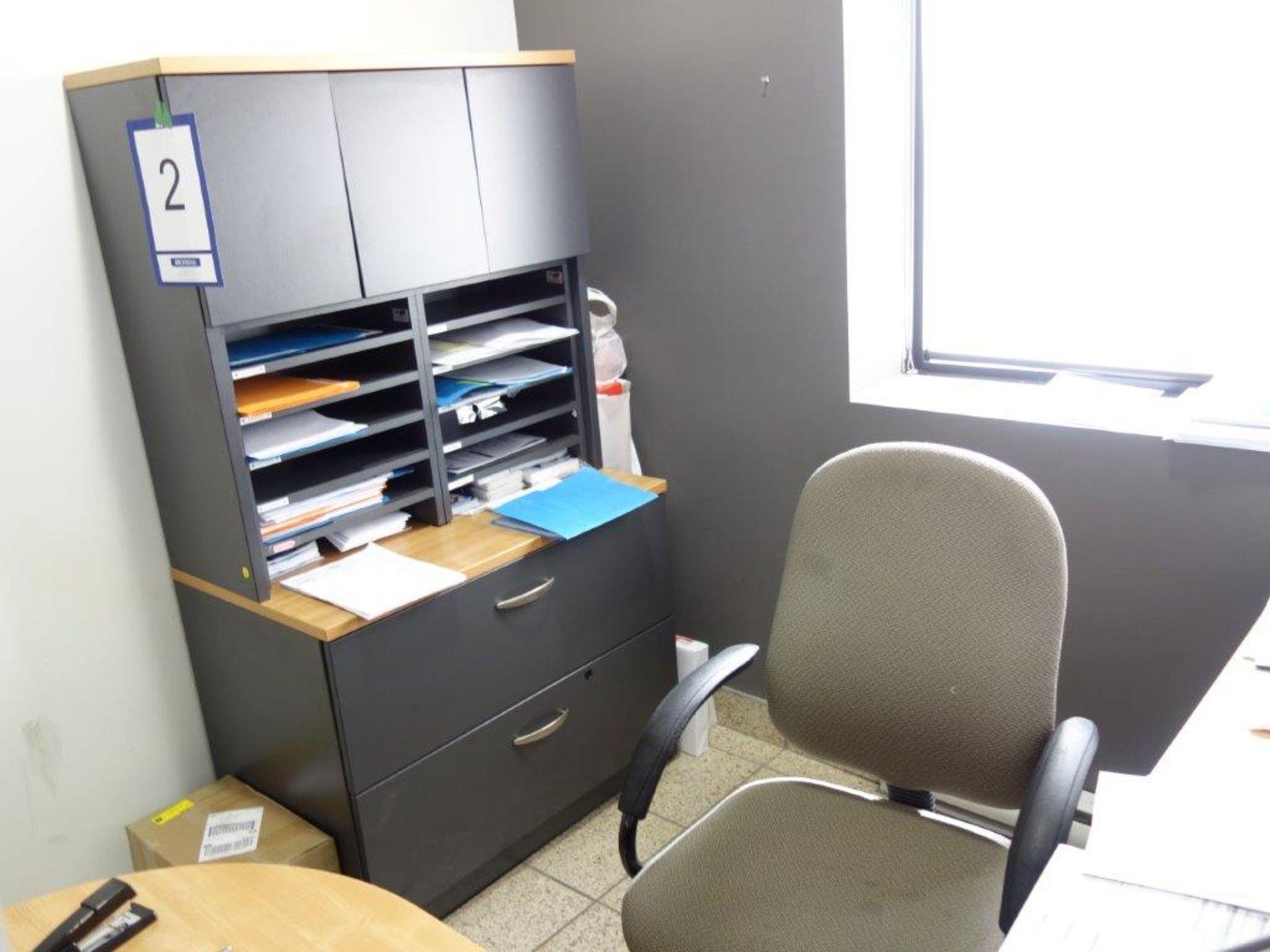Lot : poste de travail avec retour, filière latérale 2 tiroirs, huche, 3 fauteuils - SEULEMENT - Image 2 of 2