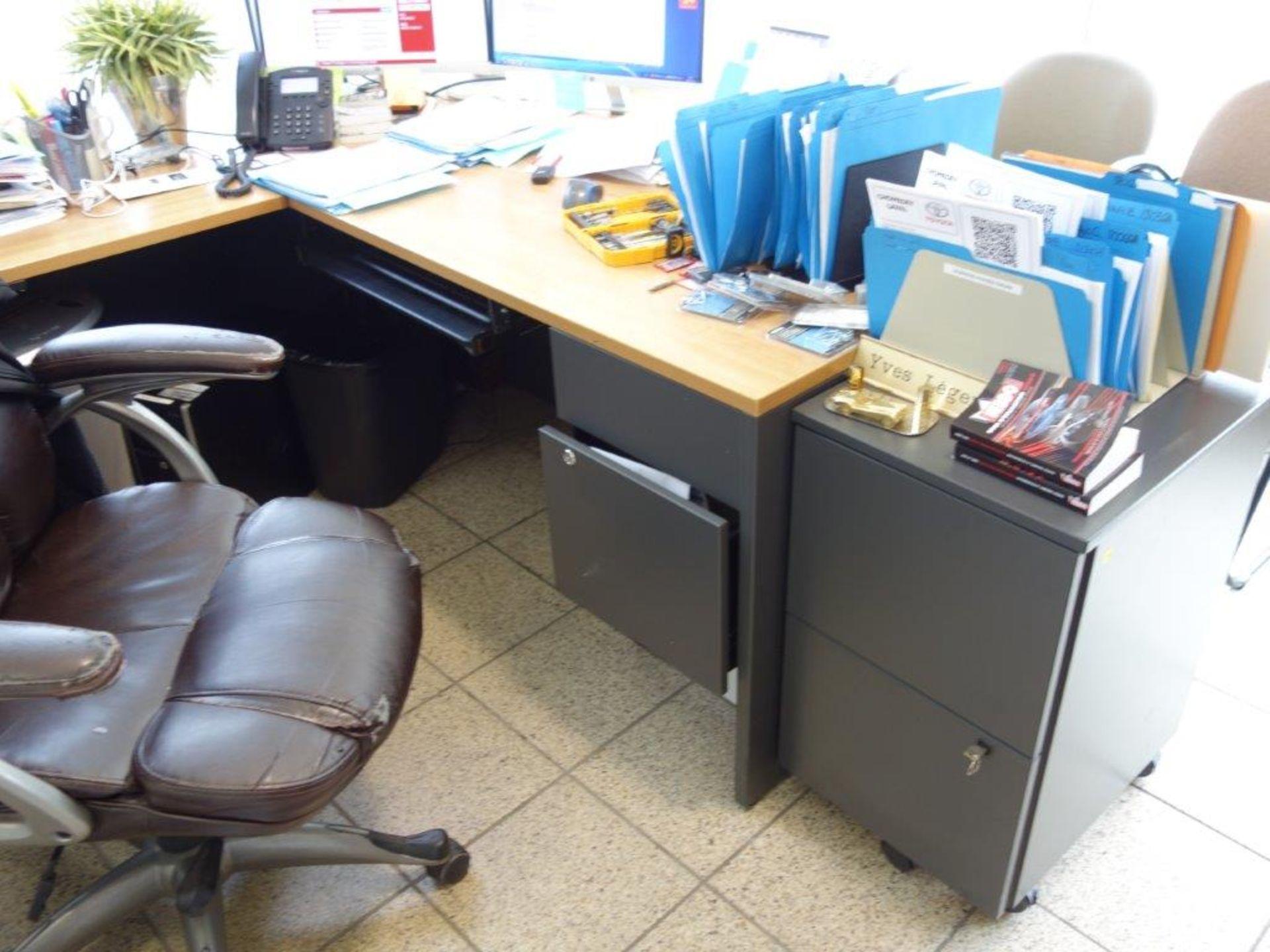 Lot : poste de travail avec retour, cabinet 2 tiroirs, 3 fauteuils, 2 filières latérales 2 - Image 2 of 4
