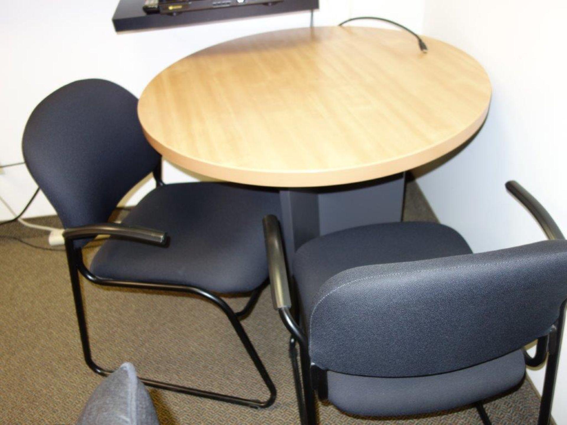 Lot : bureau exécutif, 2 armoires, huche avec 4 tiroirs, table 36? tout stratifié, 6 fauteuils - - Image 3 of 3