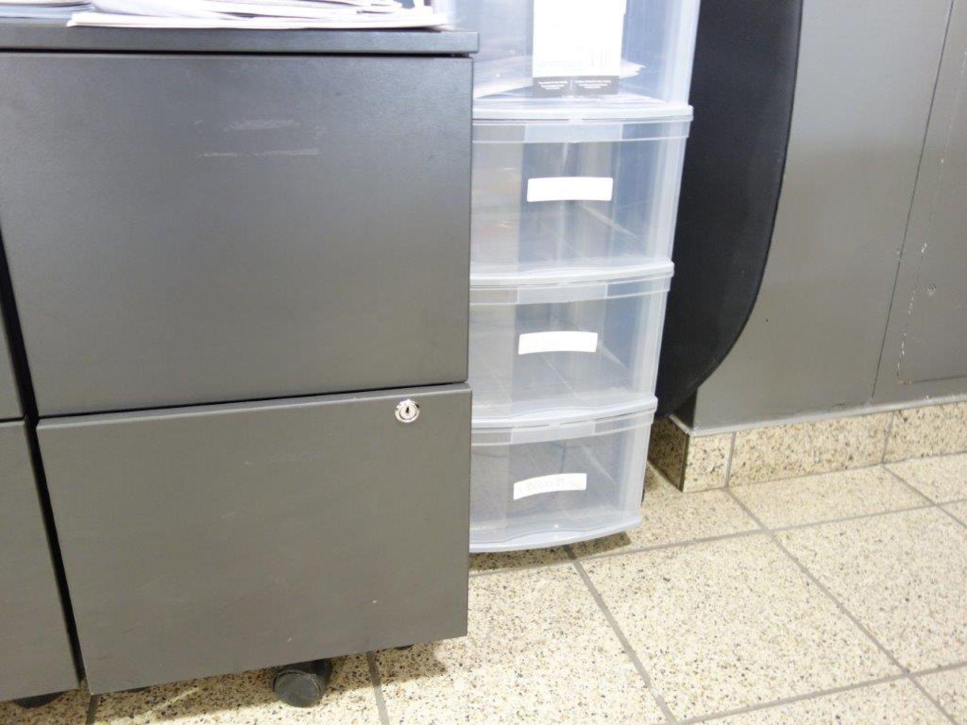 Lot : poste de travail avec retour, 3 fauteuils, petite étagère, cabinet 2 tiroirs - SEULEMENT - Image 2 of 2