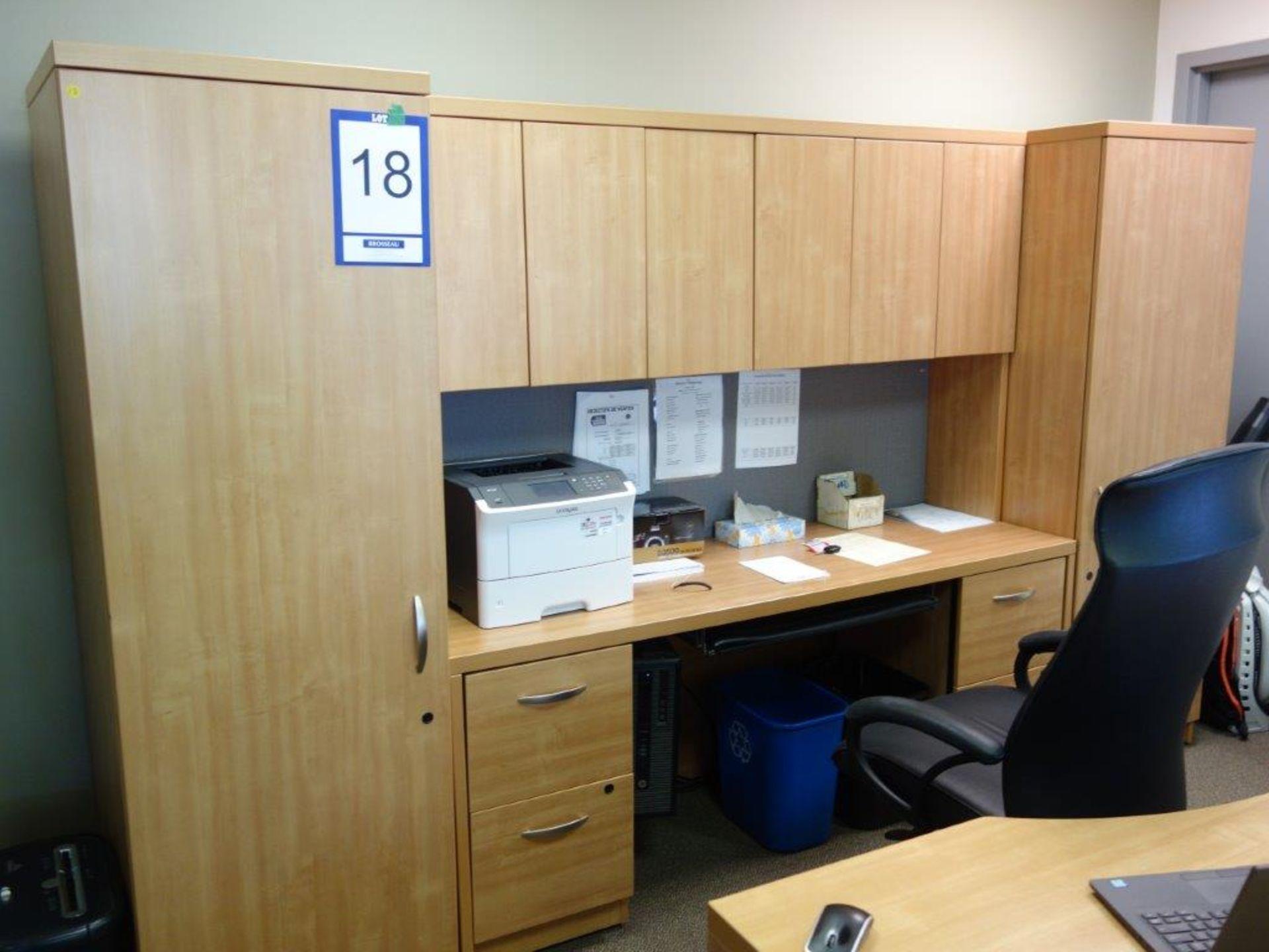 Lot : bureau exécutif, 2 armoires, huche avec 4 tiroirs, table 36? tout stratifié, 6 fauteuils -