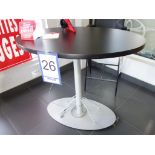 Table ovale avec base de métal et dessus stratifié