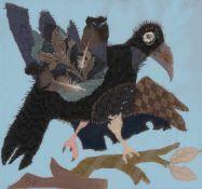Böttcher, Agathe(Bautzen 1929 - lebt in Dresden)Rabe. Stoff-Applikation mit zwei Vogelfedern u.