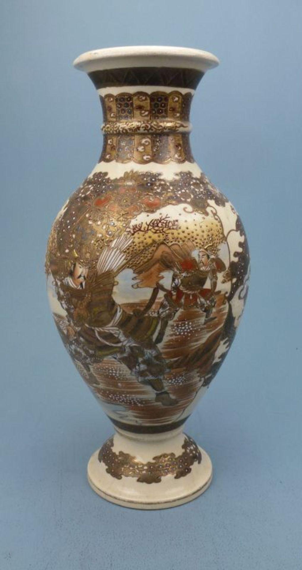Los 18 - Satsuma - Vase, Japan, Anfang 20.Jh.gefußt ovoid, Krieger bzw. Edelleute in Tracht, Chip u.