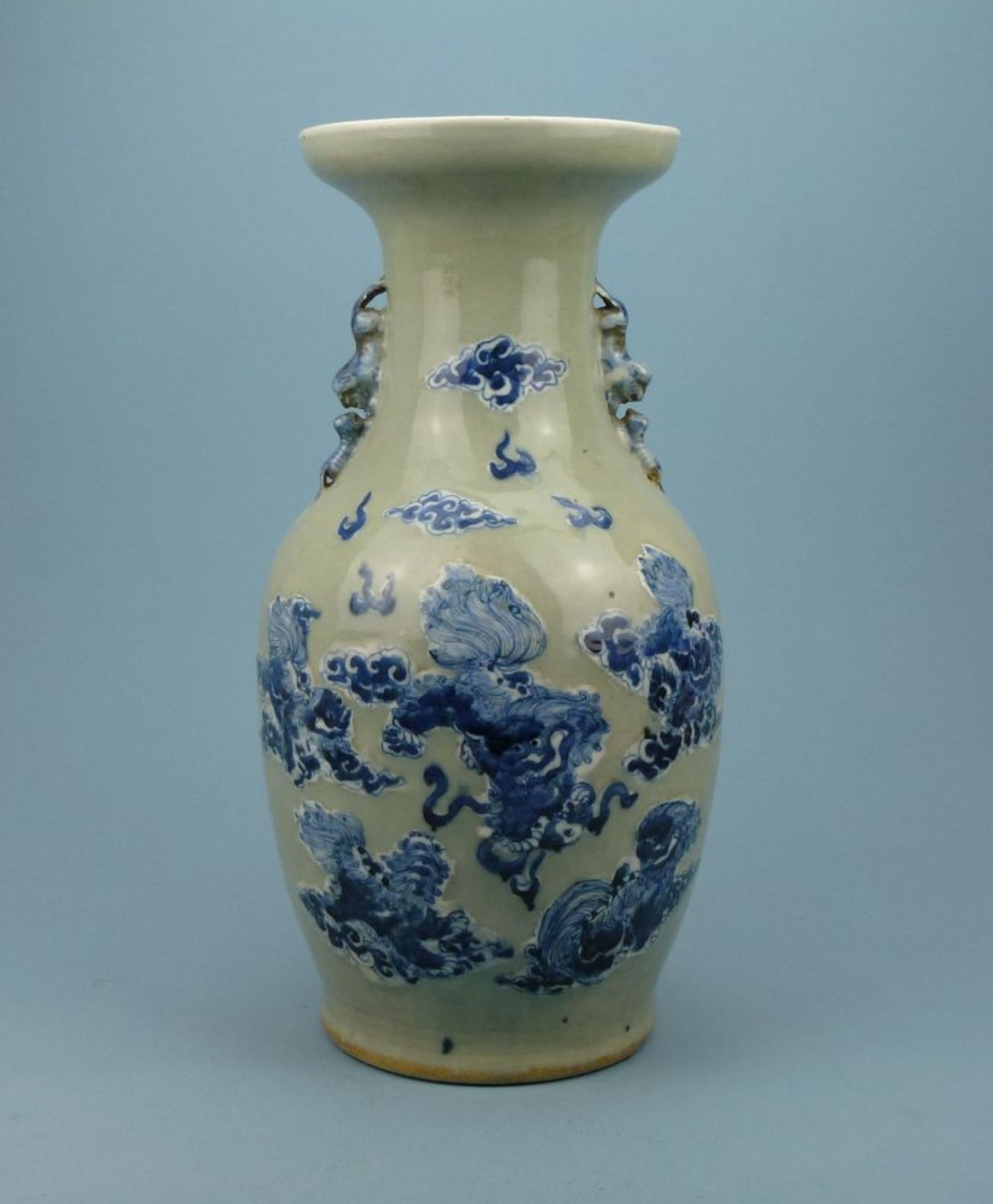 Bodenvase, Asienovoid, Trompetenkragen, Seladon, leicht reliefierte Blaumalerei-Drachen, Löwen-