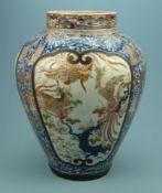 Bodenvase, Asienovoid, kurzer Kragenhals, 2 gr. Kartuschen m. Pfauen, flankiert v. Dekorquasten, auf