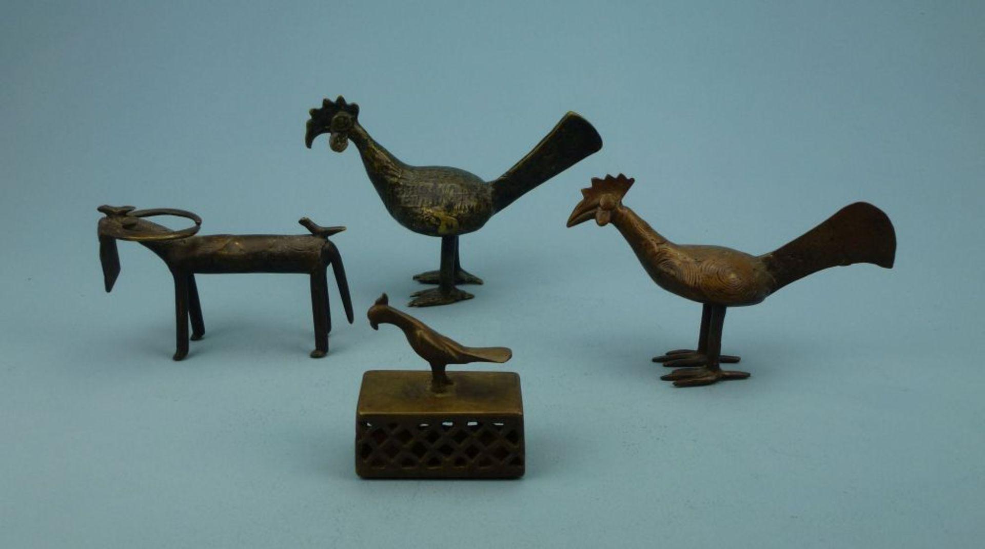 Los 3 - Konvolut Tierfiguren, AsienBronze: 2 Hähne, Büffel, Tischschelle m. Vogelgriff, H 7-12 cm