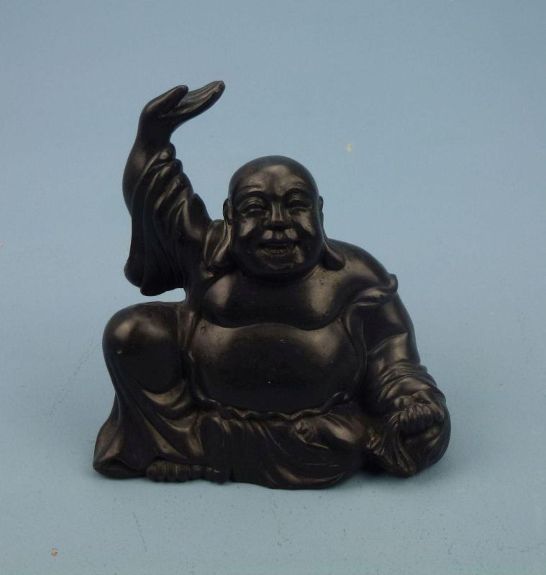 Budai BuddhaTon(?) schwarz lackiert, sitzender u. lachender dickbäuchiger Buddha m. über Kopf