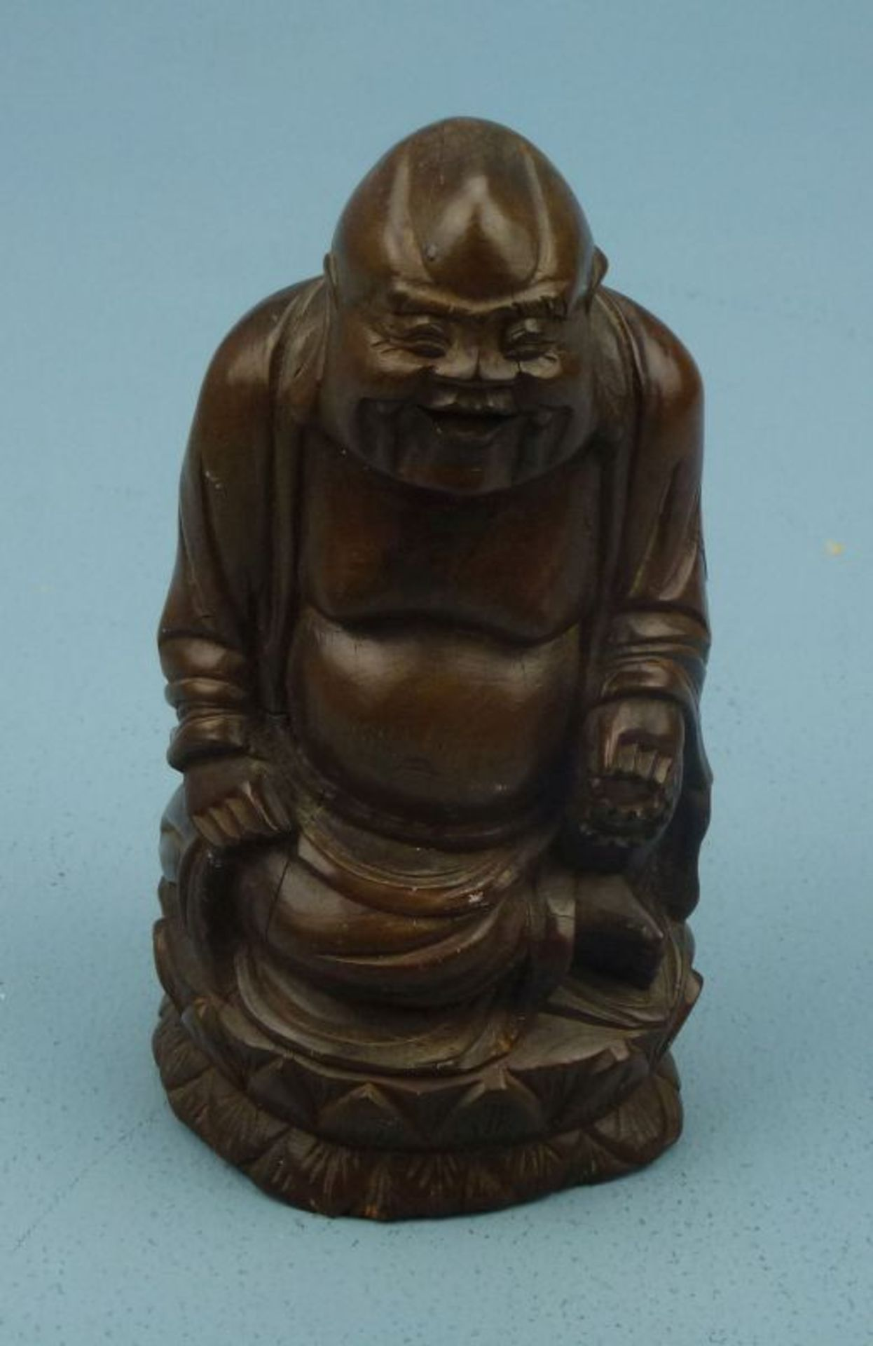 BudaiHolz geschnitzt, lachender Buddha in Lotussitz, H 14 cm