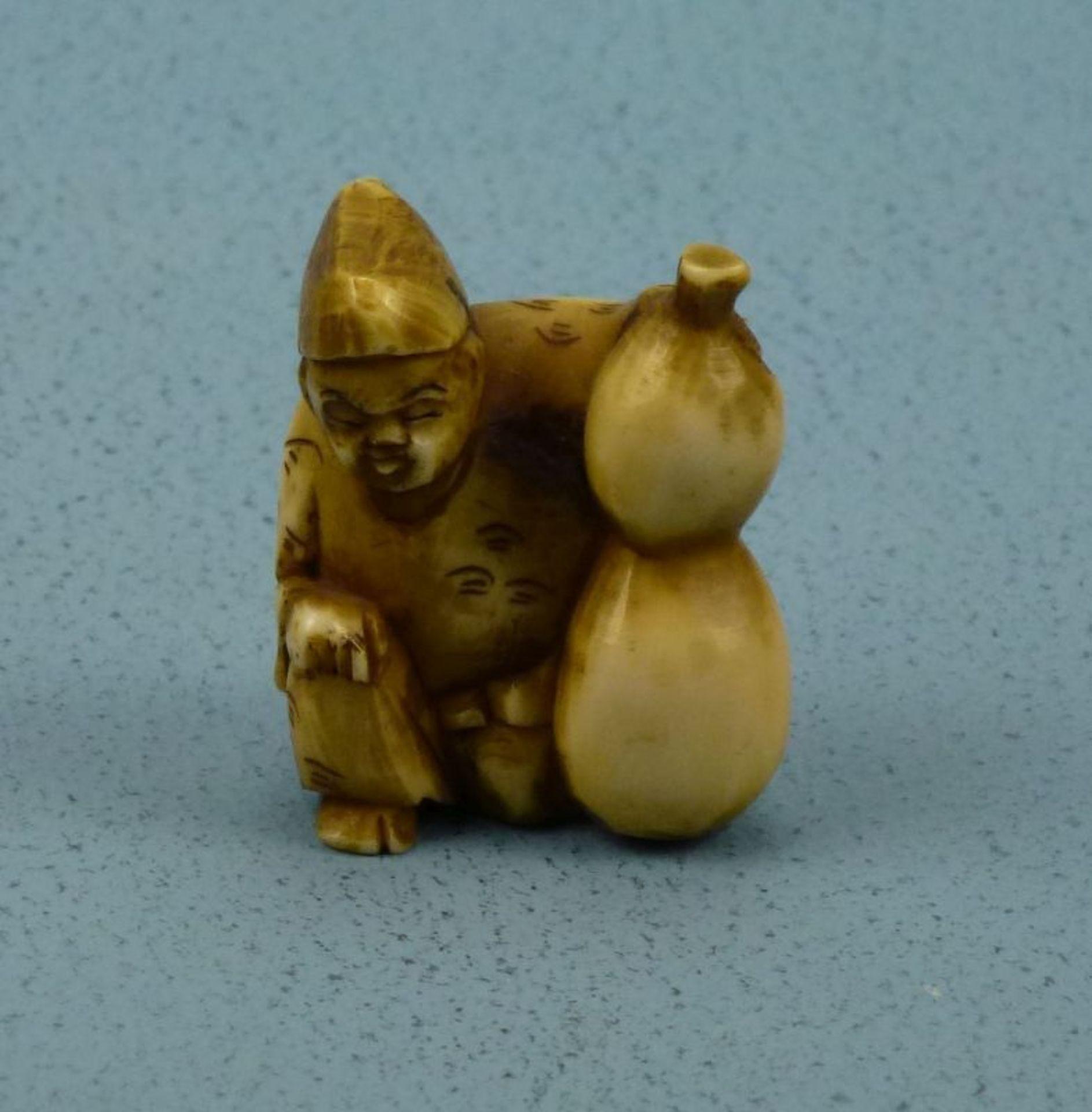 Los 9 - Netsuke, Japan, 1.Hälfte 20.Jh.Bein geschnitzt, Hockender mit Kalebasse, 3,4cm