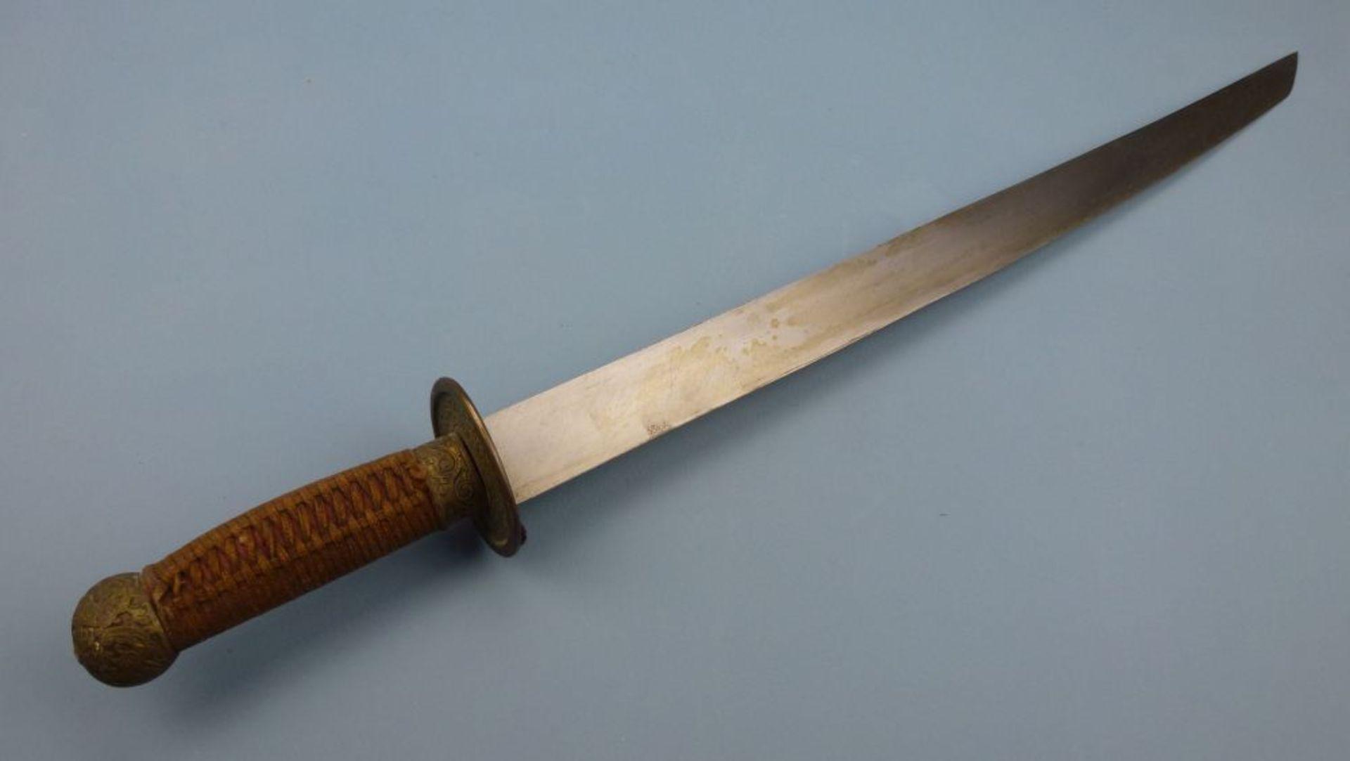 Schwert, ChinaRochenhaut-Scheide, reich ornamentierte Messingmontierungen, einschneidige Klinge, - Bild 3 aus 4