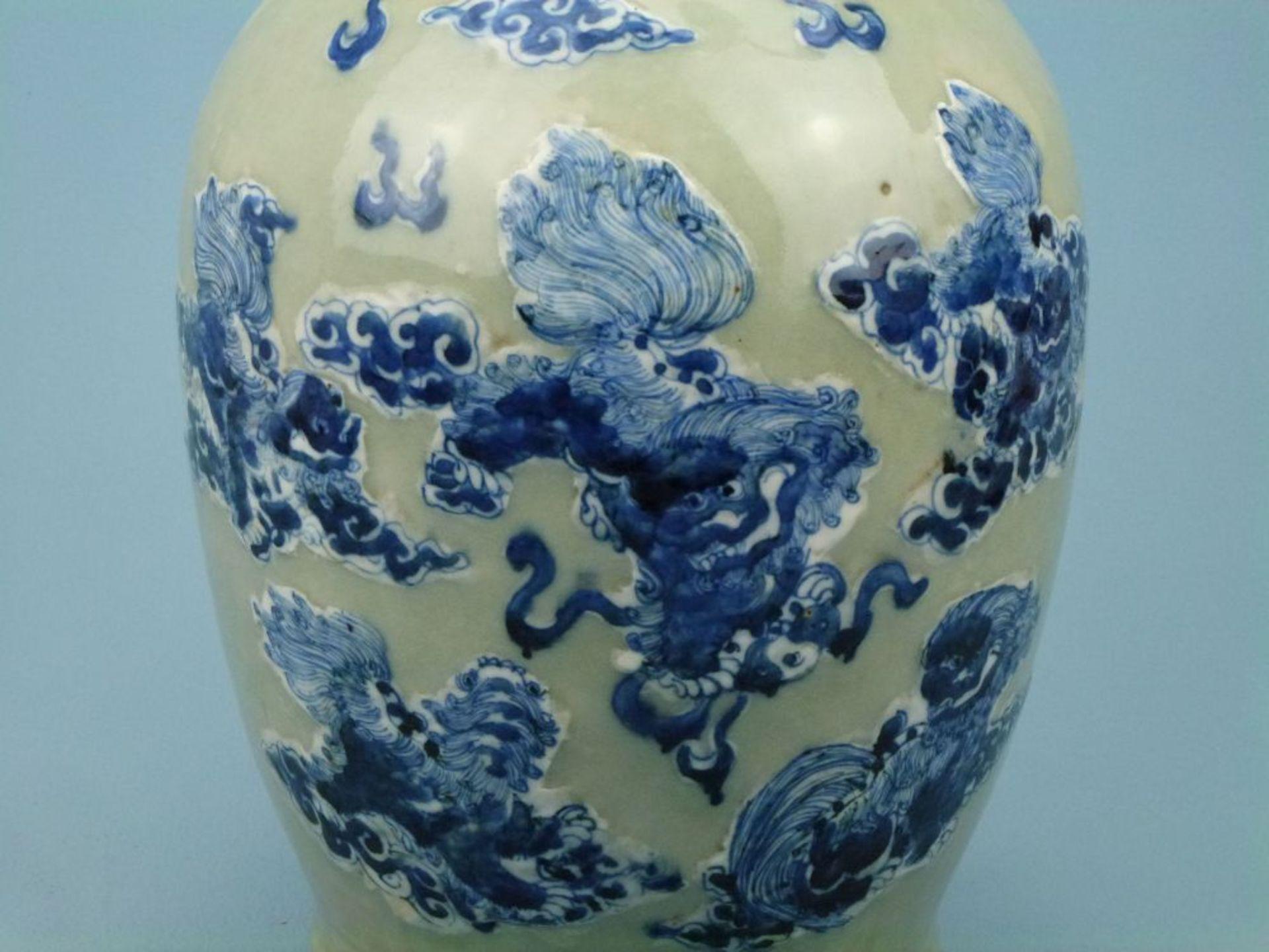 Bodenvase, Asienovoid, Trompetenkragen, Seladon, leicht reliefierte Blaumalerei-Drachen, Löwen- - Bild 2 aus 3
