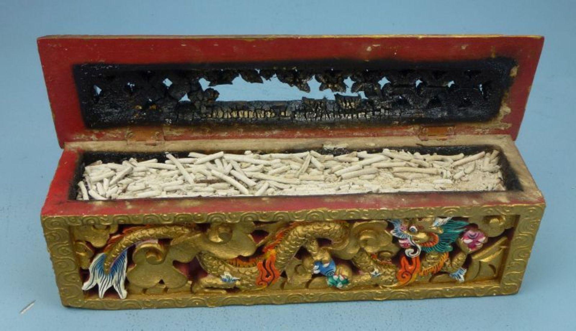 Räuchergefäß, Asien, 20.Jh.Holz geschnitzt, polychrom bem. u. vergoldet, langrechteckiger Kasten - Bild 2 aus 2