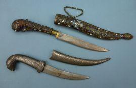2 Dolche, außereuropäischsilberplatierte Ranken, Tierkopf bzw. emaillierte Bronze, L 24 /32 cm