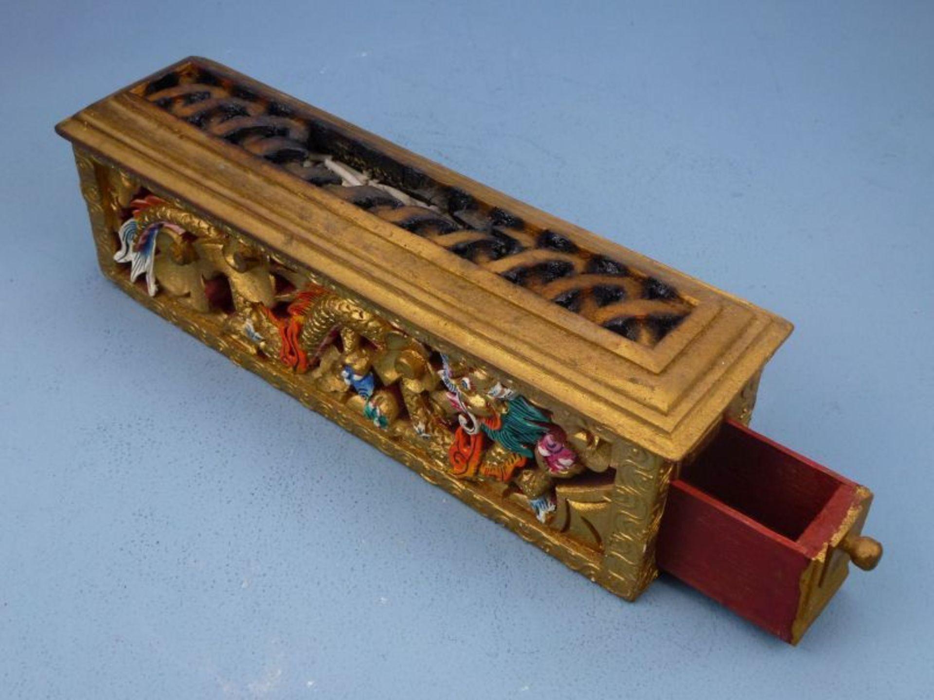 Los 16 - Räuchergefäß, Asien, 20.Jh.Holz geschnitzt, polychrom bem. u. vergoldet, langrechteckiger Kasten