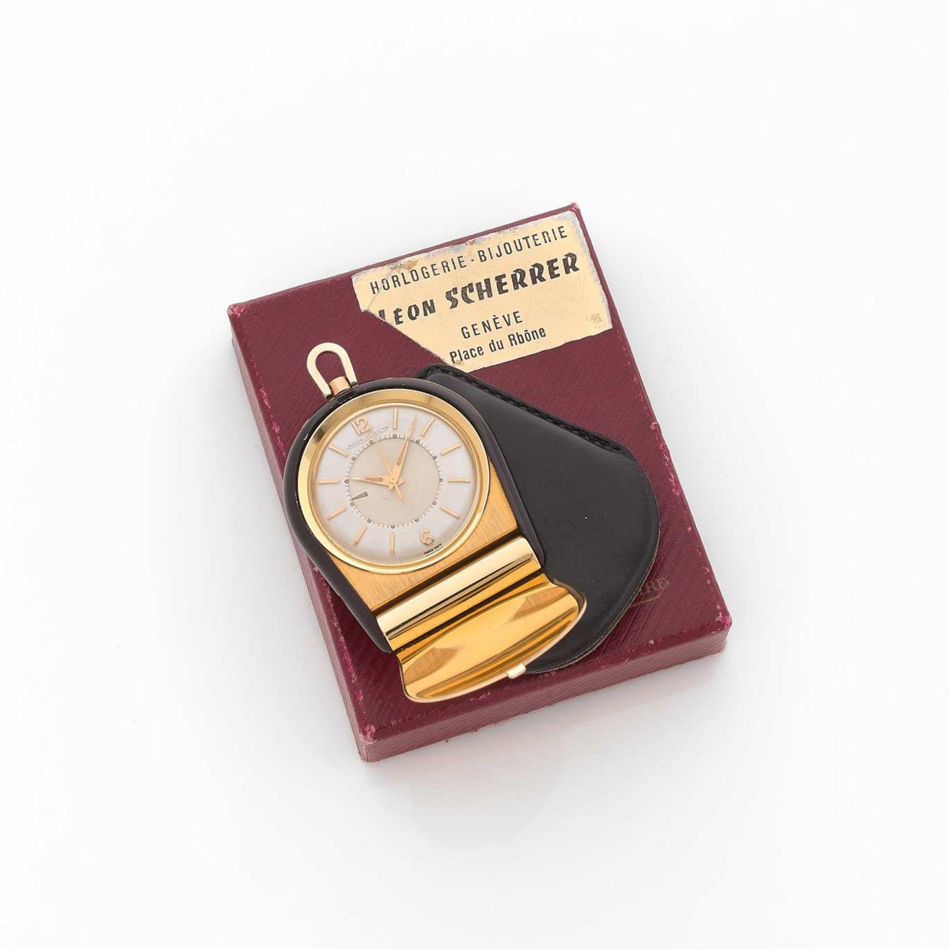 JAEGER LE COULTRE MEMOVOX ANNEES 50 Petit réveil de voyage avec alarme en métal doré et bakélite.