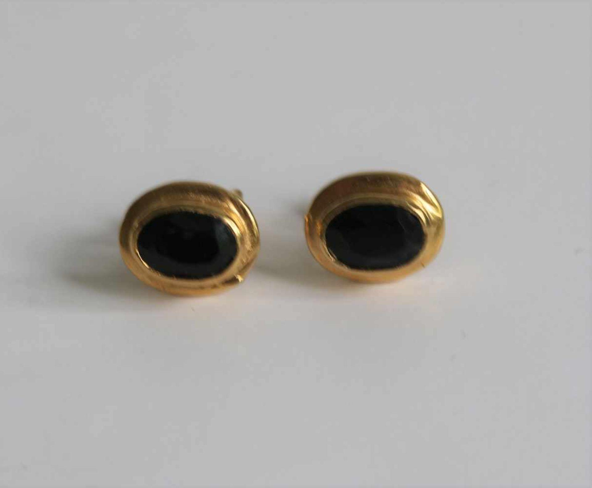 Los 684 - Gold sapphire earrings 18 Kt 0,9 x 0,7 x 1,5 cm