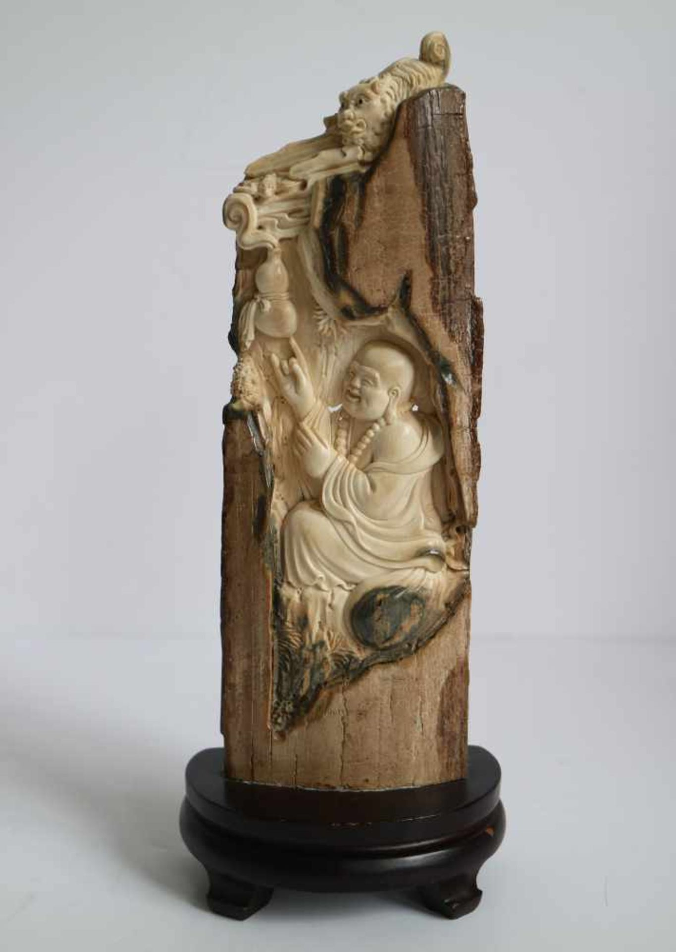 Los 669 - Mammoth ivory Buddha carving depicting Buddha as Fuhu Arhat China 1960's H 23,3 cm (with base)