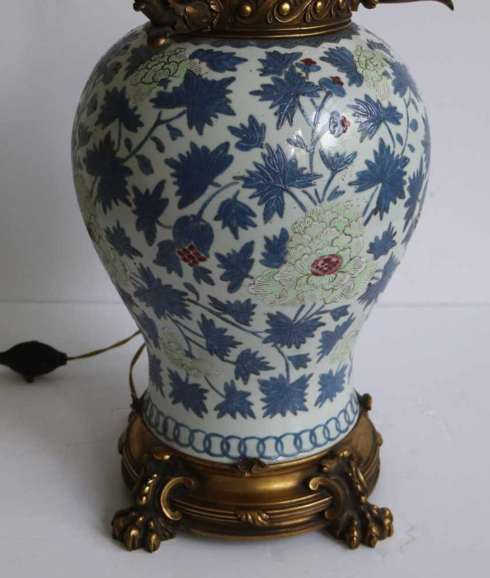 Los 206 - Chinese vase 19th century, transformed into a lamp shade H 97 cm, vaas 30 cm
