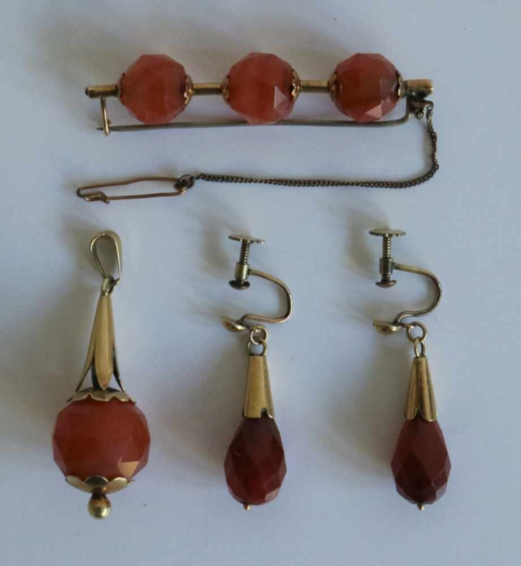 Los 17 - Jewelry set gold and agate set of earrings, pendative and brooch, Dutch L 4,5 en 5,5 cm Gold and