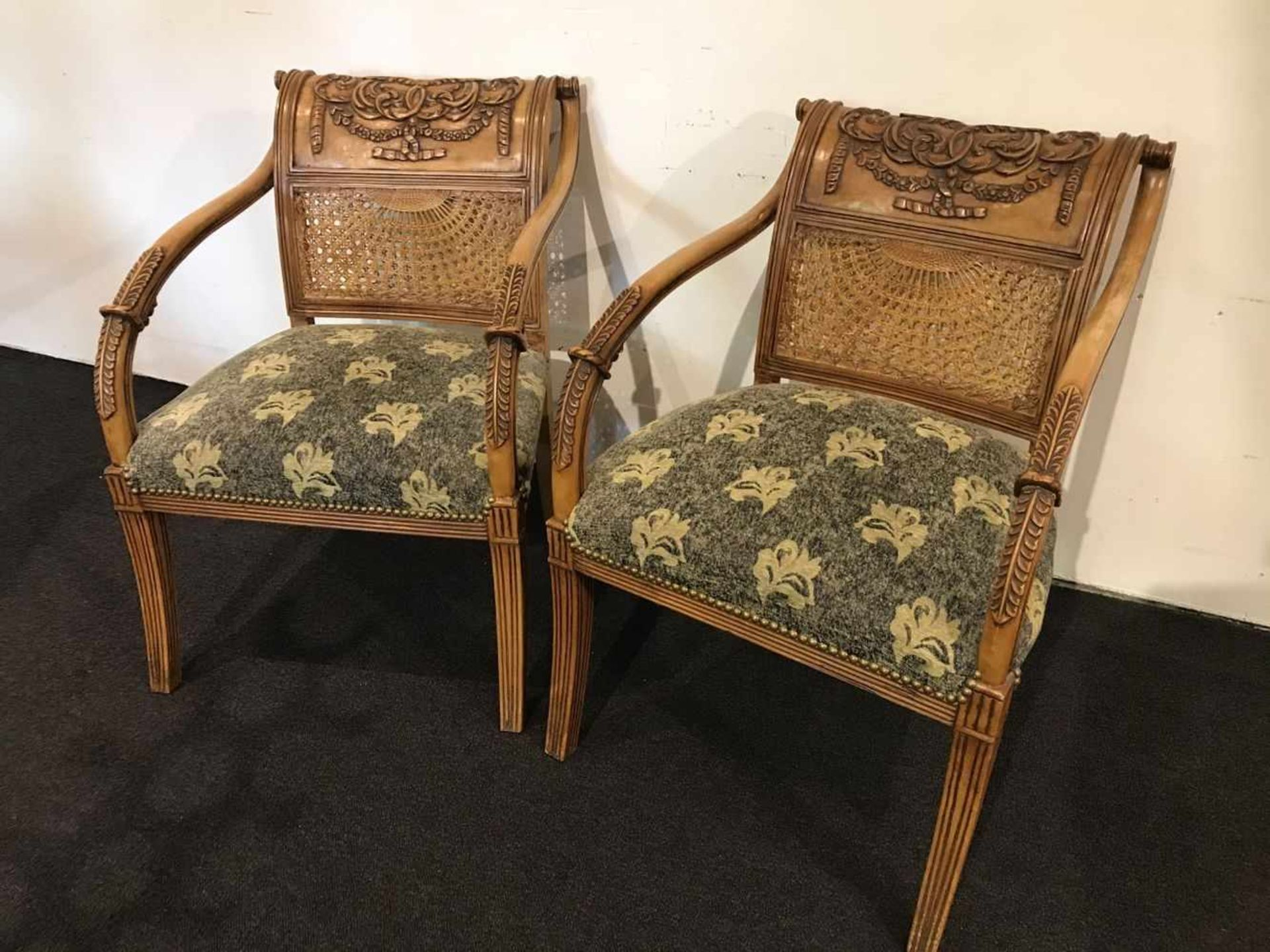 Los 76 - Couple chairs richly decorated with canage and fabric seat