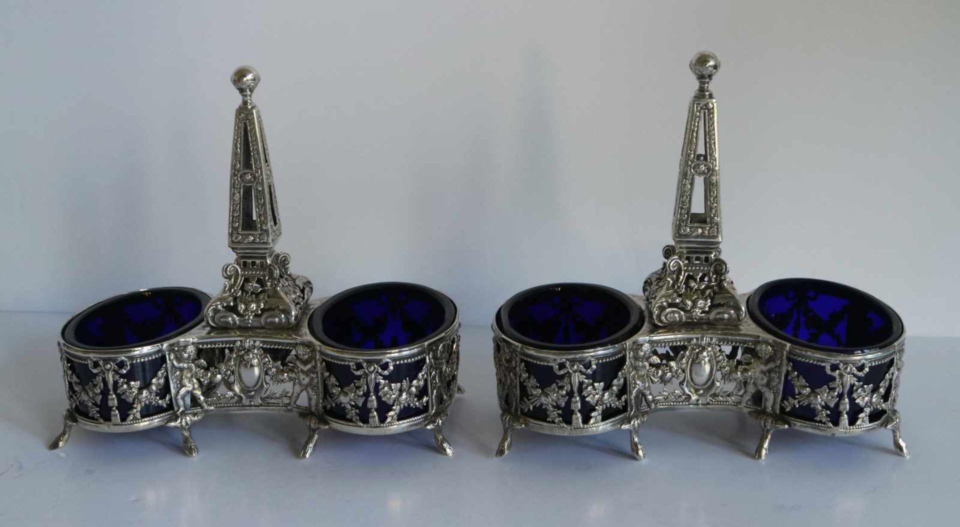 Los 19 - Silver double salt shakers with blue glass, Paris ca 1900 H 14,5 B 15 cm