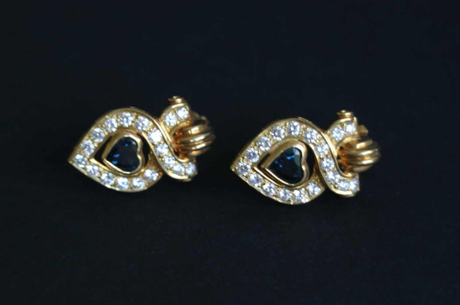 Los 942 - Earrings with blue sapphire and diamond, earrings 18 kt 11.5 gr, 2 sapphires in heart shape, 56 x
